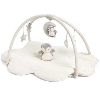 Mamas&Papas Wish Upon a Cloud vaalea leikkimatto ja pehmolelupingviini vauvalle Muhkea ja pehmoinen vauvan puuhamatto tarjoaa pienelle mukavan alustan leikkiä. Maton reuna on leikattu suloisesti pilven muotoon ja matto itsessään on ylellisen pehmeää tekoturkista. Irroitettavassa lelukaaressa on paljon tutkittavaa vauvalle: suuri kuu ja pingviini, helisevät ja vinkuvat tähdet sekä iso pingviinipehmo jossa on pienet valot. Leikkimaton kaareen kiinnität helposti myös muita vauvasi lempileluja.