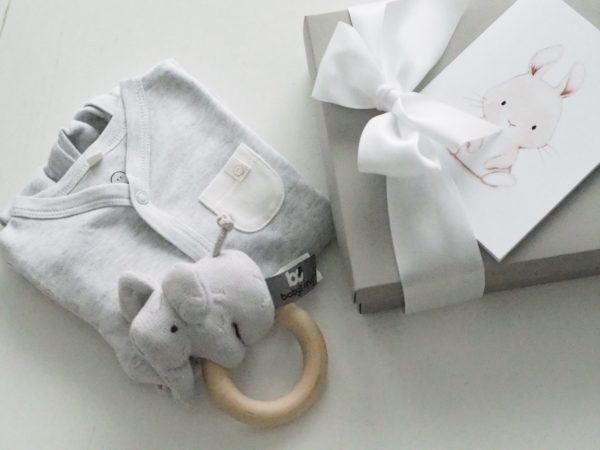 Tässä suloisen pehmeässä vauvan yöpuvussa on kätevä vetoketjukiinnitys, jotta pyjaman saa puettua näppärästi myös liikkuvaiselle vauvalle. Vetoketju on metallin sijaan nylonia ja suojattu sisäpuolelta niin, ettei se ärsytä vauvan herkkää ihoa. Terällisen jalkaosan ansiosta vauvan varpaat pysyvät lämpiminä koko yön. MORI yöpuvun hihat saa käännettyä tumpuiksi, jotta kynnet eivät pääse raapimaan vauvan ihoa.