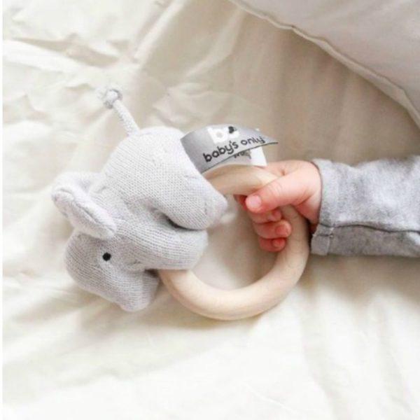 Voit pyjaman lisäksi tilata vaaleanharmaan Baby's Only Elefanttihelistimen ja tyylikkään lahjapaketoinnin. Tuotteet paketoin puolestasi harmaaseen laatikkoon, jonka viimeistelee valkoinen leveä satiininauha.