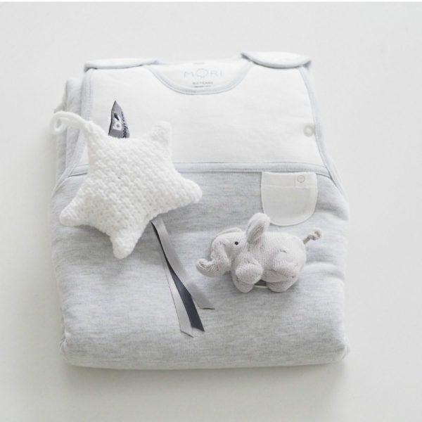 MORI Clever Sleeping Bag unipussi 0-2 v Unipussit on kehitetty parantamaan vauvan unenlaatua ja auttamaan vanhempia vauvan nukutuksessa. Uskomattoman pehmeään unipussiin vauva on ihana sujauttaa unille ja mieltäsi rauhoittaa varmasti se, että unipussin materiaalit ovat erittäin laadukkaat, raikkaat ja vauvan iholle hyväätekevät (100% luonnonmateriaaleja, luomulaatuista puuvillaa ja bambua). Monet vauvat liikkuvat unissaan, jalat sätkivät ja peitto valuu pois pienen päältä, hetken päästä vauva havahtuu siihen, että on tullut kylmä. Unipussin sisällä vauva pysyy lämpöisenä koko yön, tämä auttaa pidempiin ja rauhallisempiin yöuniin.