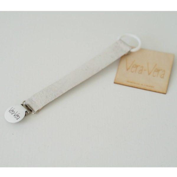 Vera-Vera Vana -tuttinauha, taipuisaa korkkia Korkkisella Vana-tuttiketjulla kiinnität vauvan tutin tai lelun kauniisti niin, että se pysyy aina mukana. Tuttia on myös hygieniasyistä suositeltavaa säilyttää tuttiketjuun kiinnitettynä - näin tutti ei pääse tippumaan lattialle tai likaiselle kadulle. Korkkikangas valmistetaan Portugalissa portugalilaisesta korkista. Tuttinauhassa on silikonirengas tutin kiinnitystä varten (turvallista elintarvikesilikonia), ja metallinen klipsi. Metalliklipsissä Vera-Vera tarra.