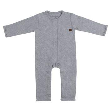 Baby's Only vauvan potkupuku, meleerattu harmaa Potkupuvussa on pitkät hihat ja nepparikiinnitys. Edessä ja takana on pienet koristetaskut. Terättömät lahkeet lisäävät potkupuvun käyttöikää ja potkuvun kanssa voi käyttää sukkia tai tossuja. Potkupuku on mukava vaate vauvalle, koska se ei purista mahan kohdalta, kuten jotkin housut ja vyötärönauhat saattavat tehdä. Vauva on myös helppo nostaa kun hänellä on päällään potkupuku: se ei nouse ikävästi kainaloihin tai jää ruttuun.