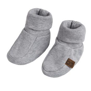 Baby's Only vauvan töppöset, Grey Melange Joustavaa ja pehmeää luomupuuvillaa olevat tossut pitävät pienet varpaat lämpöisenä! Harmaiden tossujen varsi on kapeampi, jotta tossut pysyvät hyvin jalassa, mutta tarpeeksi joustava, jotta tossut saa helposti vauvan jalkaan.
