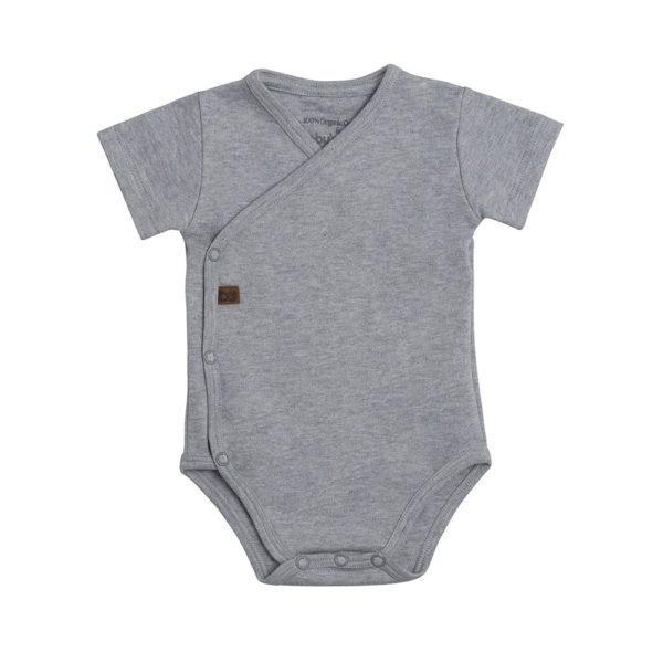 Baby's Only kietaisubody, meleerattu harmaa Kietaisumallinen body on helpompi pukea vauvalle, kun mitään ei tarvitse vetää vauvan pään ja vielä heikon niskan yli, eikä käsiä tarvitse taivutella hihoihin. Jos vauvalle sattuu vaippavahinko, on kietaisumallinen body myöskin näppärämpi ja siistimpi riisua vauvan päältä. Näistä syistä ihan pienille vauvoille valitaan usein juuri kietaisubody. Baby's Onlyn lyhythihainen body on yksinkertaisen tyylikäs ja mukava päällä!
