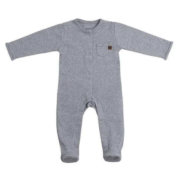Baby's Only vauvan terällinen potkupuku, meleerattu harmaa Terälliset lahkeet pitävät pienet varpaat lämpöisenä, eikä sukkia tarvita tämän potkupuvun kanssa lainkaan! Potkupuvussa on pitkät hihat ja nepparikiinnitys. Edessä ja takana on pienet koristetaskut. Potkupuku on mukava vaate vauvalle, koska se ei purista mahan kohdalta, kuten jotkin housut ja vyötärönauhat saattavat tehdä. Vauva on myös helppo nostaa kun hänellä on päällään potkupuku: se ei nouse ikävästi kainaloihin tai jää ruttuun.