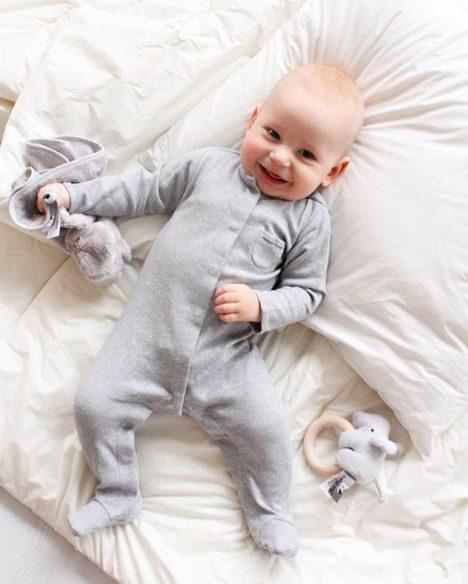 Terälliset lahkeet pitävät pienet varpaat lämpöisenä, eikä sukkia tarvita tämän potkupuvun kanssa lainkaan! Potkupuvussa on pitkät hihat ja nepparikiinnitys. Edessä ja takana on pienet koristetaskut. Potkupuku on mukava vaate vauvalle, koska se ei purista mahan kohdalta, kuten jotkin housut ja vyötärönauhat saattavat tehdä. Vauva on myös helppo nostaa kun hänellä on päällään potkupuku: se ei nouse ikävästi kainaloihin tai jää ruttuun. Vaippaa vaihtaessa potkupuvusta saa avattua nepparillisen alaosan, joten koko potkupukua ei tarvitse vaipanvaihtoa varten riisua.