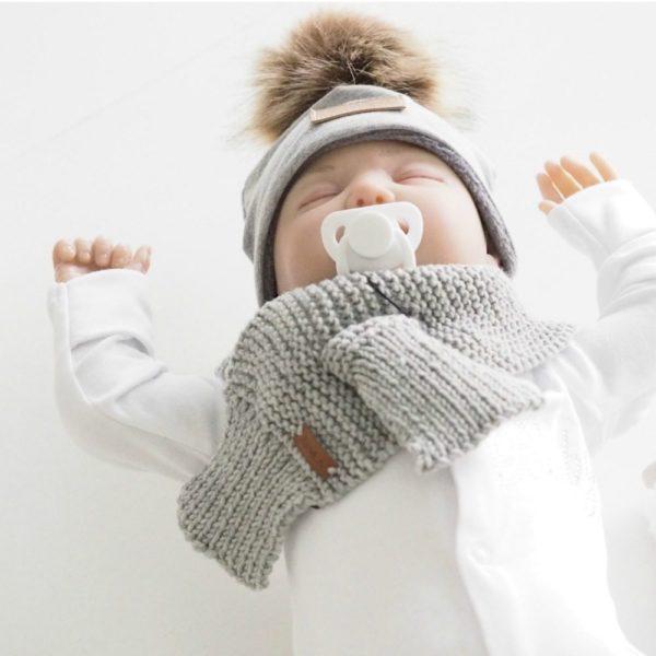 Sohvila Design vauvan merinovillahuivi vaaleanharmaa -helppo pukea Tämä tyylikäs ja lämmin huivi on helppo pukea ihan pienellekin vauvalle, huivin toinen pää vain sujautetaan valmiin aukon läpi. Huivit ja tupsupipot ovat tämän kauden suosituimmat asusteet vauvalla ja näyttävät todella suloiselta vaaleansävyisissä vauvakuvissa!