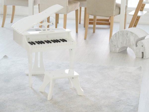 Hape Deluxe Grand Piano upeasti soiva oikea lasten flyygeli Lapset rakastavat musiikkia jo ihan pienestä vauvasta saakka. Paljon on kuitenkin kiinni vanhemmista, millaiseksi lapsen musiikkipolku muodostuu. Kun lapsen varhaislapsuudessa on musiikkia ja tarjoat lapselle mahdollisuuden monipuoliseen musiikin harrastamiseen, tukee se voimakkaasti lapsesi luovuuden ja itseilmaisun kehittymistä. Musiikki tuottaa lapselle iloa ja riemua arjessa.