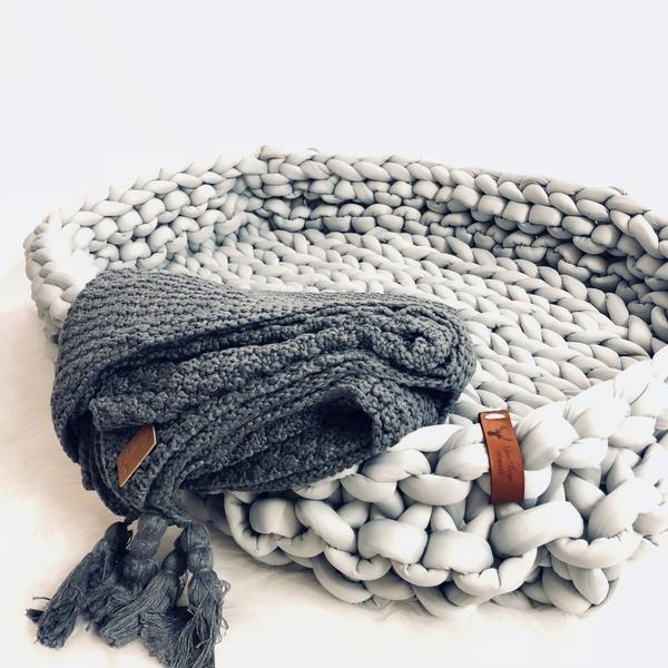 Line Biagio Chunky Knit-tyylillä neulottu suurikokoinen vauvan unipesä. Unipesä toimii pehmeänä alustana vauvalle kun hänet lasketaan maahan tai voit tehdä pinnasänkyyn pesämäisen nukkumapaikan vauvalle käyttämällä unipesää. Chunky Knit neulontatyylin ansiosta unipesä on hyvin ilmava.