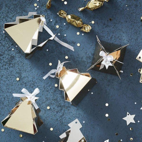 inger Rayn kultaiset joulukuusen malliset laatikot toimivat suloisena joulukalenterina perheen pienille! Boxeihin voit sujauttaa lapsille tehtäväkortteja, herkkuja tai pieniä leluja! Numeroidut kuusilaatikot voit laittaa koristeellisesti esille pöydälle, hyllylle, joulukuusen alle tai vaikka roikkumaan lasten omaan kuuseen! Laatikoihin voit keksiä kaikenlaista yhteistä mukavaa puuhaa lasten kanssa, eli laatikon sisältä voi paljastua esimerkiksi joulupiparien leipomispäivä, tehtävänä voi olla hakea kirjastosta jouluisia satukirjoja, laatikossa voi olla vihje siitä, mihin pieni herkku tai leluyllätys on piilotettu tai boxissa olevasta viestistä voi tulla kehoitus pakkaamaan mukaan jouluherkkuja ja lähtemään talviselle metsäretkelle.