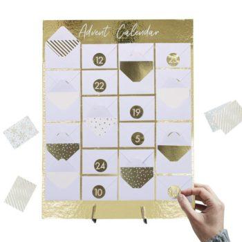 Ginger Ray joulukalenteri, kirjekuoret Lapsille joulun odotus konkretisoituu joulukalenterin myötä: on jännittävää seurata, kuinka joulu lähestyy! Ginger Rayn kirjekuorimalli on yksinkertaisen kaunis joulukalenteri sinulle, joka et halua lapsille perinteistä suklaakalenteria tai lelujoulukalenteria. Ginger Ray joulukalenterin kultaisella vahvalla taustalla on 24 valkoista kirjekuorta. Mukana tulee 24 minikorttia ja tarra-arkki, jossa on jokaiselle päivälle oma tarransa. Kirjoita pieneen korttiin päivän tehtävä tai vihje ja sulje kirjekuori kultaisella tarralla. Joulukalenterin pakkauksessa on tuki, jolla joulukalenterin saa pystyasentoon.