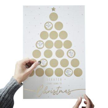 Ginger Ray joulukalenteri, raaputettava Joulun odotus konkretisoituu joulukalenterin myötä: on jännittävää seurata, kuinka joulu lähestyy! Ginger Rayn raaputuskalenteri on modernin tyylikäs joulukalenteri, joka on etenkin aikuisten suosiossa. Ginger Ray joulukalenterin ympyröihin voit kirjoittaa ensin viestisi ja liimata sitten päälle kultaisen tarran, jossa on raaputuspinta. Kun tarraa raaputtaa, paljastuu alla oleva teksti. Moni vaimo on hankkinut tällaisen kalenterin miehelleen ajatuksena kirjoittaa jokaiselle joulukuun päivälle yksi asia, jota omassa miehessään rakastaa. Pieniä, yksinkertaisia asioita, joita ei kuitenkaan arjessa tule sanottua ääneen. Sekaan voi piilottaa tehtäviä tai treffi-iltoja, elokuvan katselua tai yhteisen lenkin, lupauksen laittaa miehen lempiruokaa, kehoituksen etsimään yllätyslahjaa (herkku, leffaliput tai vaikka arpa) -vain mielikuvituksesi on rajana! Mielestäni tämä kalenteri on yksi romanttisimpia tapoja laskeutua joulunalusaikaan!