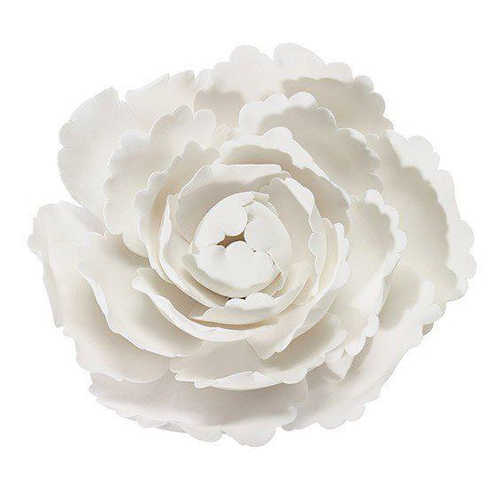 Kakkukoriste valkoinen pioni Suurikokoinen ja näyttävä pioninkukka on tyylikäs koriste kakun päälle! Kukka onvalmistettu gumpaste-massasta (eräänlainen sokerimassa). Voit halutessasi koristella kukan vielä efektisävyin tai kimallesprayllä.