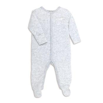 Baby MORI vauvan potkupuku neppareilla, vaaleanharmaa Tässä suloisen pehmeässä vauvan yöpuvussa on nepparikiinnitys, eli ei ole riskiä, että vauvan ihoa jäisi vetoketjun väliin pyjamaa pukiessa! Terällisen jalkaosan ansiosta vauvan varpaat pysyvät lämpiminä koko yön. MORI yöpuvun hihat saa käännettyä tumpuiksi, jotta kynnet eivät pääse raapimaan vauvan ihoa. Pehmeän materiaalinsa puolesta tämä potkupuku sopii hyvin käytettäväksi myös päivällä: vauvan mahaan ei näin kohdistu housujen kiristävää saumaa, vauva on helppo nostaa syliin potkupuku päällä, eivätkä vaatteet mene rullalle kainaloon ja mikä parhainta, varpaat pysyvät lämpöisenä! Potkupuku on erittäin kätevä liikkuvaisella lapsella! Tämän potkupuvun etuna on myös se, että vauva ei tarvitse erikseen sukkia: vauvoilla ne eivät meinaa pysyä jalassa muutenkaan!
