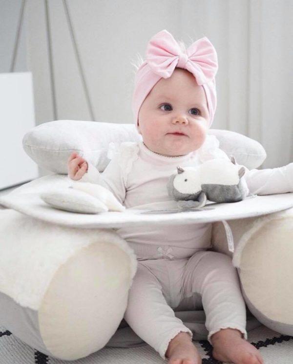 Mamas&Papas Sit & Play Wish Upon a Cloud puuhakeskus vauvalle. Muhkea ja pehmoinen puuhakeskus tarjoaa viihdyttävän leikkipaikan vauvallesi. Puuhakeskuksen pehmoinen selkätuki suojaa vauvaa kaatumasta taaksepäin kovalle lattialle.Edessä oleva tarjotin kiehtoo vauvaa -keskellä on peili, sivuilla irroitettava helisevä pikkupingviini ja toiselta sivulta löytyy tähti- ja pilvilelu. Tarjottimelle voit koota vauvan lempileluja tutkittavaksi. Näin vauva viihtyy hetken itsekseen, kun kokkailet ruokaa tai hoidat muita päivän pakollisia askareita! Puuhakeskus on helppo siirtää sinne, missä sitä kulloinkin tarvitaan.