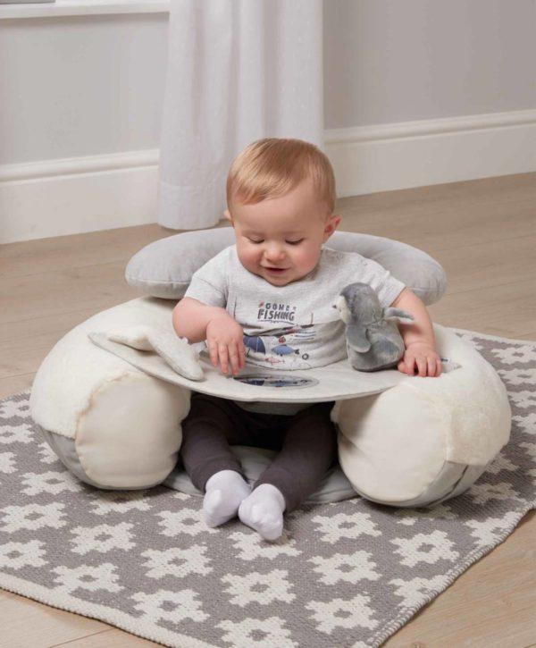 Muhkea ja pehmoinen Mamas&Papas Sit & Play Wish Upon a Cloud puuhakeskus tarjoaa viihdyttävän leikkipaikan vauvallesi. Puuhakeskuksen pehmoinen selkätuki suojaa vauvaa kaatumasta taaksepäin kovalle lattialle. Edessä oleva tarjotin kiehtoo vauvaa -keskellä on peili, sivuilla irroitettava helisevä pikkupingviini ja toiselta sivulta löytyy tähti- ja pilvilelu. Tarjottimelle voit koota vauvan lempileluja tutkittavaksi. Näin vauva viihtyy hetken itsekseen, kun kokkailet ruokaa tai hoidat muita päivän pakollisia askareita! Puuhakeskus on helppo siirtää sinne, missä sitä kulloinkin tarvitaan.