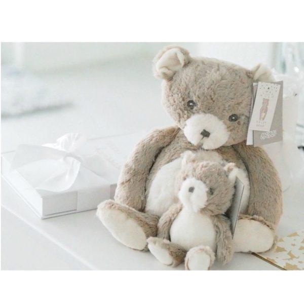 Mamas&Papasvaalea pehmonalle Tally Bear Supersuloinen nallekarhu sopii leluksi ja unikaveriksi vastasyntyneestä lähtien. Vauvat rakastavat nallen suloista olemusta ja lelusta saa hyvän haliotteen. Tämä silkkisen sileä nalle on ihana myös lastenhuoneen sisustukseen ja se pysyy hyvin istuma-asennossa esimerkiksi hyllyn reunalla!