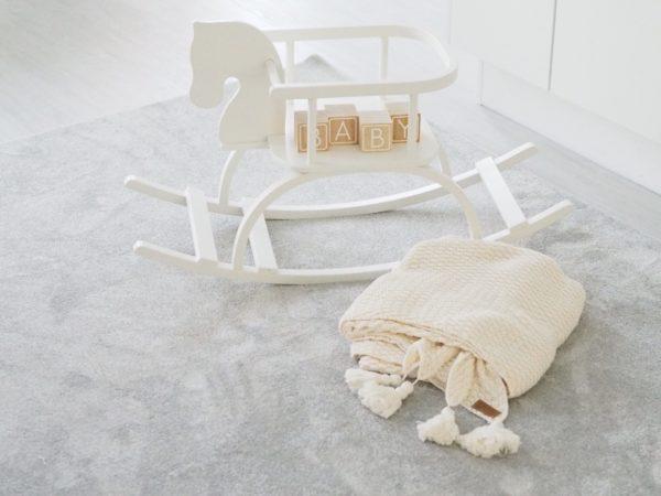 Line Biagio Pom Pom viltti lastenhuoneeseen Suurikokoisessa ja pehmeässä viltissä on jokaisessa päädyssä tasselit. Italialais-norjalainen suunnittelija on luonut tyylikkään viltin, joka sopii kauniisti lastenhuoneeseen mutta ajattomuutensa vuoksi sen paikka voisi yhtä hyvin olla olohuoneen sohvalla.