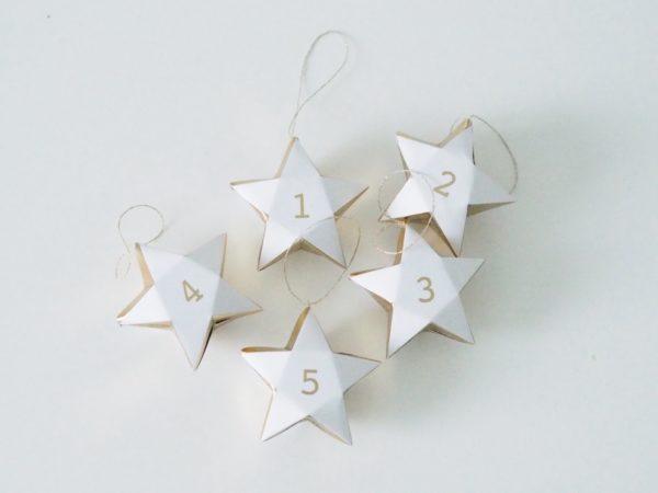 Meri Meri joulukalenteri, pienet tähdet Joulun odotus konkretisoituu joulukalenterin myötä: on jännittävää seurata, kuinka joulu lähestyy! Meri Meri kultareunaiset pienet tähdet toimivat kauniina joulukalenterina perheen pienille! Tähtiin voit sujauttaa lapsille tehtäväkortteja, herkkuja tai pieniä leluja! Numeroidut tähdet voit ripustaa nauhaan tai vaikka roikkumaan lasten omaan kuuseen!