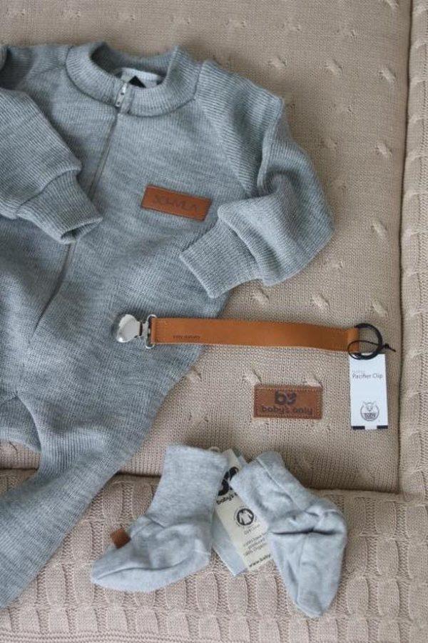 Kylmällä säällä voit pukea tämän pehmeän haalarin vauvan sisävaatteiden ja ulkohaalarin väliin. Merinovillahaalari tuo pukeutumiseen lämpöä, mutta jos vauvalle tulee hiki, merinovillahaalari ei tunnu heti märältä, vaan imee kosteuden itseensä.Etenkin syksyllä, talvella ja keväällä, kun vauvalla on enemmän vaatetta päällään, on välikerraston miellyttävyys tärkeä asia.