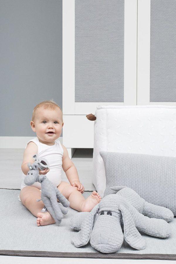Baby's Only vauvan vedettävä lelu värinällä, kirahvi Tämä pitkäjalkainen harmaa kirahvi hauskuuttaa vauvaa pitkään: kun kirahvin päästä vetää, venyy kaula pitkäksi ja kun päästät irti, palautuu kaula takaisin muotoonsa värisemällä. Värinä tuntuu jännittävältä ja värinän ääni rauhoittaa vauvaa.