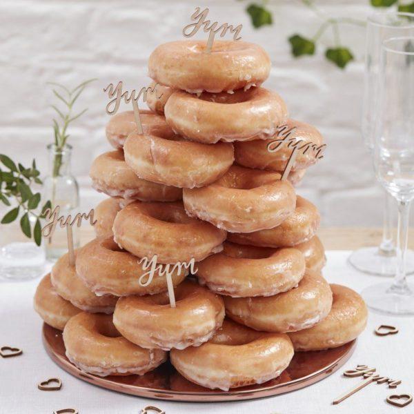 """Ginger Ray puiset cupcaketikut yum Yksinkertaisen tyylikkäillä puisilla tikuilla koristelet juhlien pienet tarjottavat kuten cupcake-leivokset tai kolmioleivät. Puisen tikun päässä on kauniilla fontilla teksti """"yum""""."""