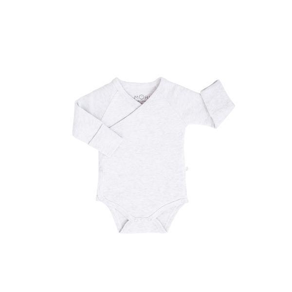 Baby Mori kietaisumallinen body on helpompi pukea vauvalle, kun mitään ei tarvitse vetää vauvan pään ja vielä heikon niskan yli, eikä käsiä tarvitse taivutella hihoihin. Jos vauvalle sattuu vaippavahinko, on kietaisumallinen body myöskin näppärämpi ja siistimpi riisua vauvan päältä. Näistä syistä ihan pienille vauvoille valitaan usein juuri kietaisubody.