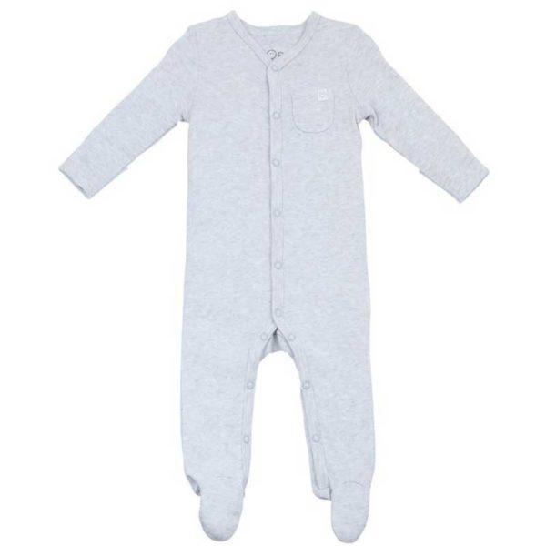Tässä suloisen pehmeässä MORI keskosvauvan setissä on kaksi pyjamaa (toinen on väriltään vaaleanharmaa ja toinen luonnonvalkoinen), kaksi kietaisubodya ja pipo. Yöpuvuissa on nepparikiinnitys (ei nikkeliä), eli ei ole riskiä, että vauvan ihoa jäisi vetoketjun väliin pyjamaa pukiessa! Terällisen jalkaosan ansiosta vauvan varpaat pysyvät lämpiminä koko yön. MORI yöpuvun hihat saa käännettyä tumpuiksi, jotta kynnet eivät pääse raapimaan vauvan ihoa.