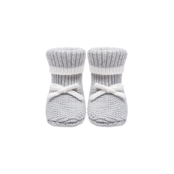 Baby Mori vauvan töppöset, Knitted Grey Vaaleanharmaat valkoisilla yksityiskohdilla viimeistellyt tossut pitävät pienet varpaat lämpöisenä! Harmaiden tossujen varsi on kapeampi, jotta tossut pysyvät hyvin jalassa, mutta tarpeeksi joustava, jotta tossut saa helposti vauvan jalkaan.