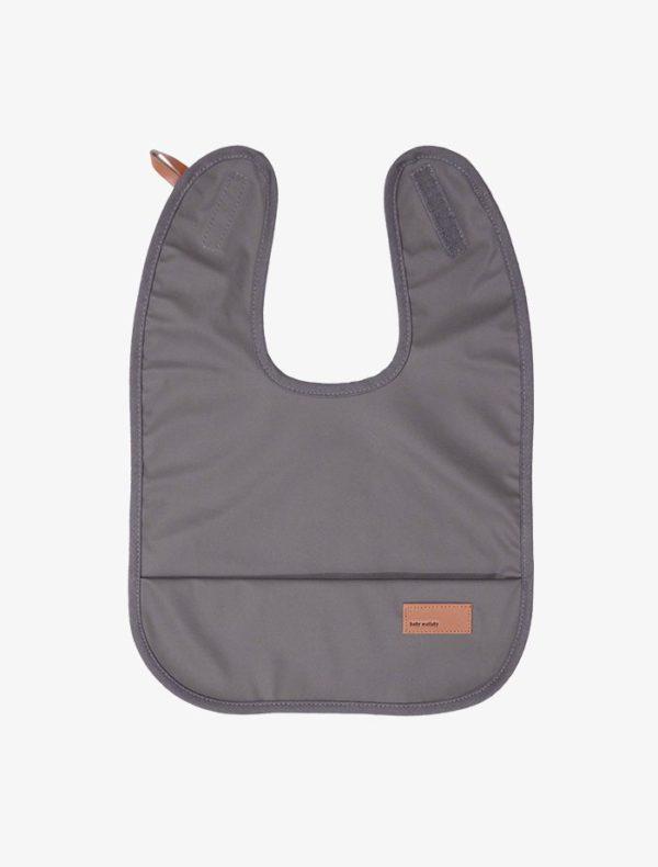 Baby Wallaby vedenpitävä ruokalappuvauvalle, tyylikäsharmaa Pehmeä ja likaahylkivä ruokalappu suojaa vaatteita ruokailun ajan. Ruokalappu on helppo pyyhkäistä tai huuhdella puhtaaksi sen vettähylkivän pinnan ansiosta. Ruokalapun voi pestä myös koneessa 40 asteessa.