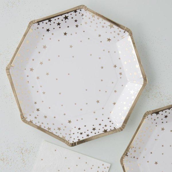 Ginger Ray kertakäyttölautanen pienillä kultaisilla tähdillä Näissä paperilautasissa on kultaisia tähtiä valkoisella pohjalla ja lautasissa on kultaiset reunat. Tähtilautaset tuovat juhlapöytään välittömästi tyylikästä tunnelmaa ja siivous sujuu helposti juhlien jälkeen!