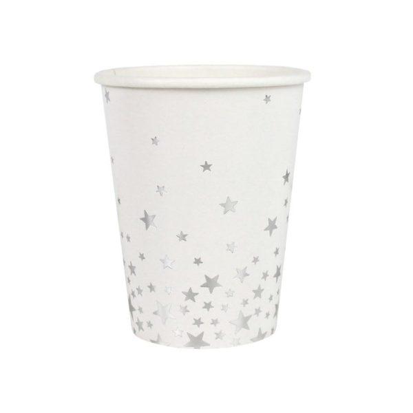 Valkoiset paperimukit hopeisilla tähdillä Näissä paperimukeissa on hopeisia pieniä tähtiä valkoisella pohjalla. Mukit tuovat juhlapöytään välittömästi tyylikästä tunnelmaa ja siivous sujuu helposti juhlien jälkeen!