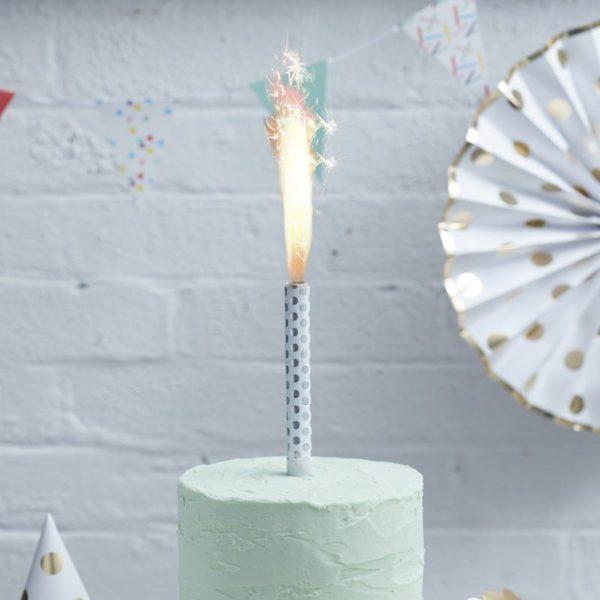 Hopeapilkullinen Cake Fountain suihkuava sädekynttilä Kynttilät kuuluvat jokaiseen synttärikakkuun ja eniten valokuvia juhlista otetaan juuri kynttilöiden puhalluksen aikana! Luo uskomattoman kaunis juhlanumero tästä tärkeästä hetkestä käyttämällä kakun päällä suihkuavaa sädekynttilää ja tee juhlista ikimuistoiset!