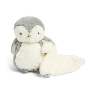 Mamas&Papas Light Up Penguin pehmolelu valoilla ja uniliinalla Pehmeän pörröinen pingviini on kiva kaveri pienelle leikkijälle. Kun pingviinin siivestä painaa, syttyy pehmolelun masuun pienet tuikkivat, lasta kiinnostavat valot. Pingviinin mukana tulee suuri valkoinen uniliina.