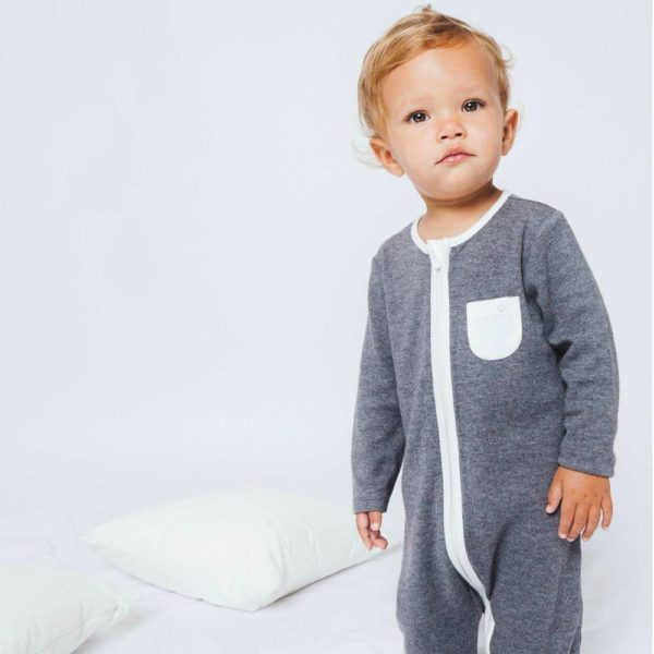 Mikä muu vaate on kosketuksissa lapsen ihoa vasten enemmän kuin pyjama? Pienet lapset nukkuvat melkein koko ajan, siksi juuri pyjamaan kannattaa panostaa. Baby MORI pyjamassa yhdistyy puhtaan luomulaatuiset, ennennäkemättömän pehmeät kankaat sekä ajattoman tyylikäs design.