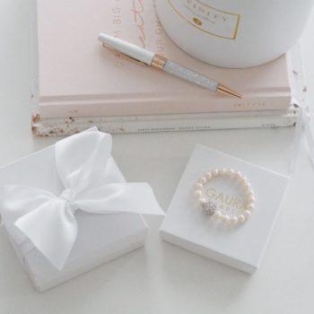 Tämä kauniisti viimeistelty Gaura Pearls helmirannekoru on ajaton ja elegantti valinta, kun etsit lahjaa tyylikkäälle naiselle. Helmirannekorussa on pehmeä silkkinen hohde ja korun design osassa on käytetty kimmeltäviä, kirkkaita zirkonia-kiviä ja allergiatestattua 925 hopeaa. Hopeaosat on rhodinoitu, jotta hopea säilyisi tummumattomana. Koru on valmistettu aidoista helmistä joustavalla nauhalla, jotta koru on helppo pujottaa ranteeseen.