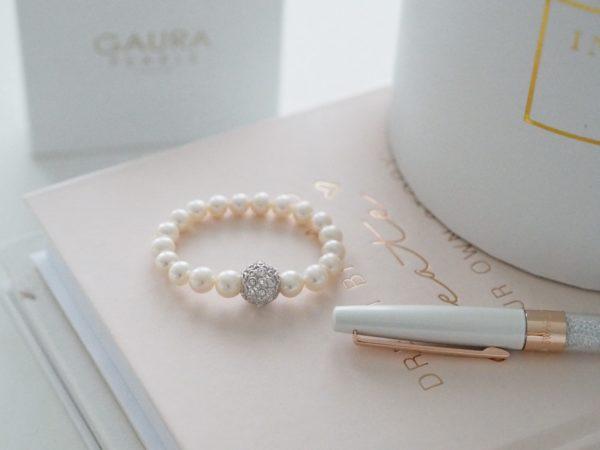 Tämä kauniisti viimeistelty Gaura Pearls helmirannekoru on ajaton ja elegantti valinta, kun etsit lahjaa tyylikkäälle naiselle. Tyttäret haluavat pieninä olla aivan kuten äitinsä, joten korusta löytyy myös pienten tyttöjen oma malli. Näin voit lahjoittaa kauniit korut sekä äidille että tyttärelle ja he voivat loistaa yhdessä perheen jokaisissa juhlissa!