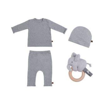 Baby's Only vauvan lahjapakkaus Melange Grey, harmaa Kauniiseen lahjalaatikkoon on pakattu pehmeästä luomupuuvillasta valmistettu vauvanpaita, housut ja suloinen pipo. Lisäksi lahjapakkauksessa on vaatteiden väriin yhteensopiva Elefantti-helistin. Lahjalaatikon viimeistelee leveä valkoinen satiininauha ja pupukortti.