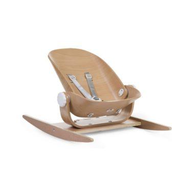 Childhome Wood Rock Natural käännettävä keinusitteri Skandinaavisen tyylikkääseen makuun sopiva puinen keinusitteri tarjoaa paljon mahdollisuuksia. Riippuen siitä, miten päin istuinosa käännetään, vauva voi keinua joko edestä taakse tai sivulta toiselle. Jalat saa myös keinumattomiksi. Istuimen selkänojaa on helppo säätää portaattomasti sivuilla olevista pyöritettävistä nupeista. Sitterin hintaan kuuluu vaaleanharmaa istuinpehmuste, joka tekee sitteristä todella mukavan jo vastasyntyneelle vauvalle.