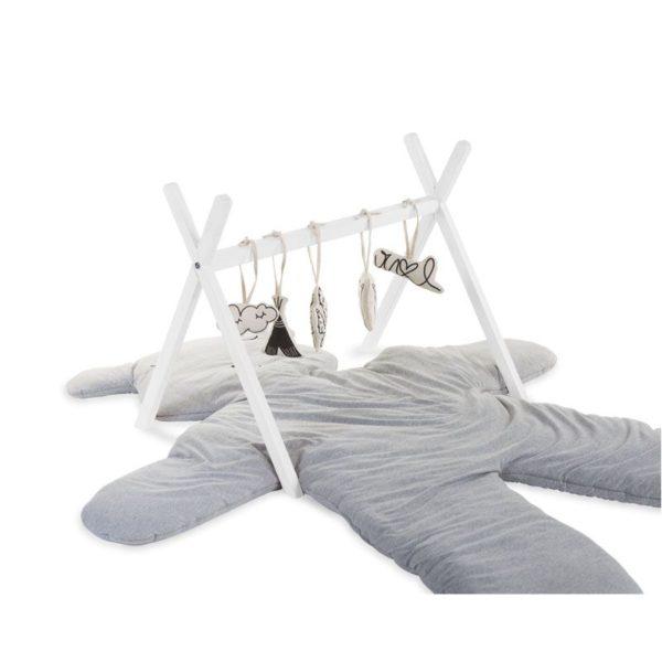 Childhome Tipi Play Gym leikkikaari vauvalle valkoinen Yksinkertaisen tyylikäs puinen leikkikaari, joka sopii etenkin skandinaaviseen sisustusmakuun. Paketti ei sisällä leluja, eli voit ripustaa kaareen vauvasi lempileluja. Leikkikaaren alustaksi sopii leikkimatto tai pehmeä talja.