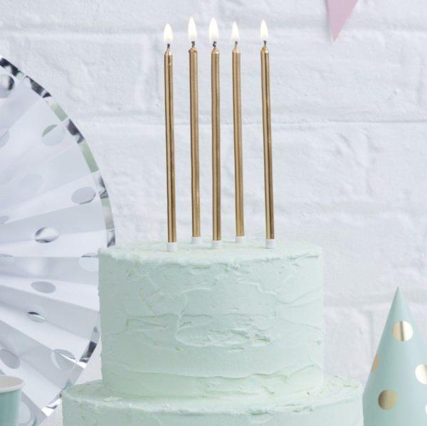 Ginger Ray kultaiset pitkät kakkukynttilät Kynttilät kuuluvat jokaiseen synttärikakkuun ja eniten valokuvia juhlista otetaan juuri kynttilöiden puhalluksen aikana! Lisää kakkuun tyylikästä säihkettä kultaisilla kynttilöillä ja tee juhlista ikimuistoiset!