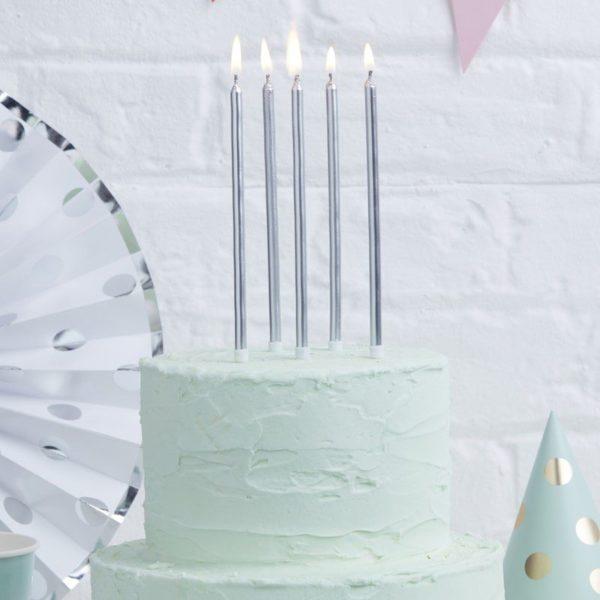 Ginger Ray hopeiset pitkät kakkukynttilät Kynttilät kuuluvat jokaiseen synttärikakkuun ja eniten valokuvia juhlista otetaan juuri kynttilöiden puhalluksen aikana! Lisää kakkuun tyylikästä säihkettä kultaisilla kynttilöillä ja tee juhlista ikimuistoiset!