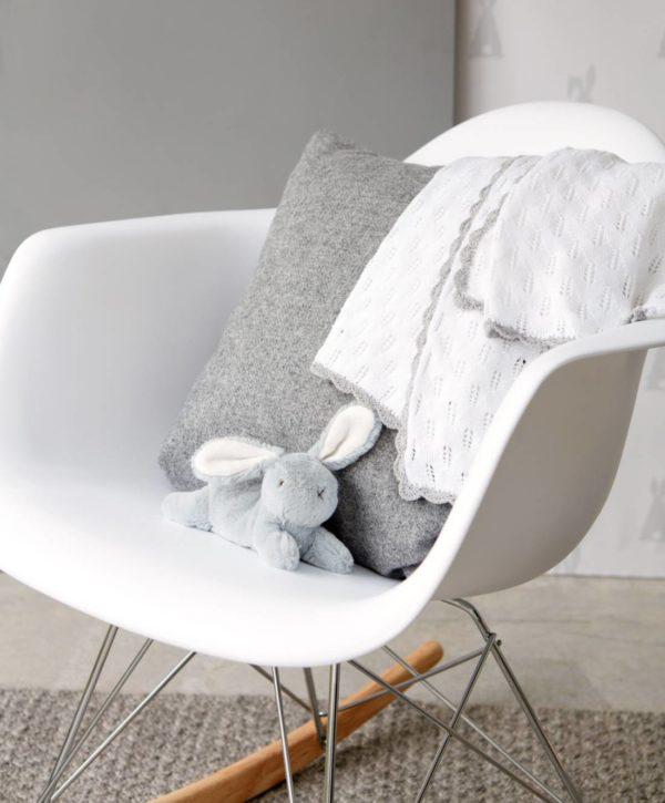 Mamas&Papas kudottu valkoinen vauvanviltti Pointelle Tämä ajattoman kaunis ja keveä viltti on klassinen valinta vauvanhuoneeseen. Peiton tyylikäs valkoinen väri, pienillä harmaanbeigeillä yksityiskohdilla viimeisteltynä, sopii moneen sisustukseen. Vilttiä voi käyttää torkkupeittona, pinnasängyssä tai vauvan makoilualustana lattialla.