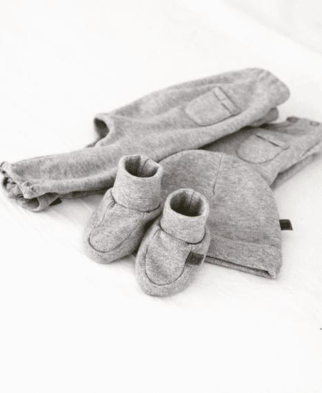 Baby's Onlyn luomupuuvillaiset vauvanvaatteet ovat pehmeät ja mukavat päällä! Valikoimasta löydät samaa sävyä olevan paidan, housut, tossut, pipon ja pyjaman!