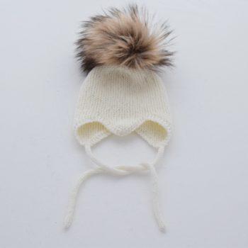 Sohvila Design Nooa vauvanpipo tupsulla, ohuempi välikausimalli Tavallista Nooa-pipoa ohuemmasta langasta neulottu vauvan pipo on täydellinen valinta kevät- ja syyssäille. Käsinneulottu merinovillainen vauvan myssyon muodoltaan sellainen, että se istuu päässä tyylikkäästi ja suojaa pienen poskia ja otsaa todella hyvin. Koska pipo tulee hyvin korvien päälle, se suojaa myös vauvan herkkää kuuloa vaimentamalla ympäriltä kuuluvia äänia.