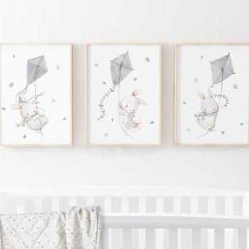 Aida Zamora laadukkaat printit lastenhuoneen seinälle tai hyllyn päälle, puput ja leijat Jo pienet vauvat tykkäävät katsella eläimiä ja lapset rakastavat eläintarinoita ja pörröisiä eläinhahmoja. Siksi moni äiti valitseekin vauvanhuoneen seinälle nimenomaan eläintauluja. Aida Zamoran piirtämät eläintaulut ovat sävytykseltään sellaisia, että ne sopivat lastenhuoneeseen moneksi vuodeksi. Taulut ovat samaan aikaan kauniita ja herkkiä, eläintenkuvat vetoavat monenikäisiin lapsiin.