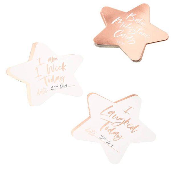 """Ginger Ray Rose Gold Baby Milestone cards Tallenna vauvavuoden tärkeät hetket ylös tyylikkäille ruusukultaisille korteille. Paketissa on 24 korttia, joihin on kirjoitettu tärkeitä etappeja vauvan kehityksessä kuten """"tänään nauroin ensimmäisen kerran"""" ja """"tänään istuin ensimmäisen kerran"""". Voit napata vauvasta valokuvan yhdessä sopivan kortin kanssa. Korteista osa on tyhjiä, eli voit kirjoittaa niihin itse haluamasi tekstin. Osa korteista on """"Im 1 week old"""" -tyylisiä kuukausikortteja."""