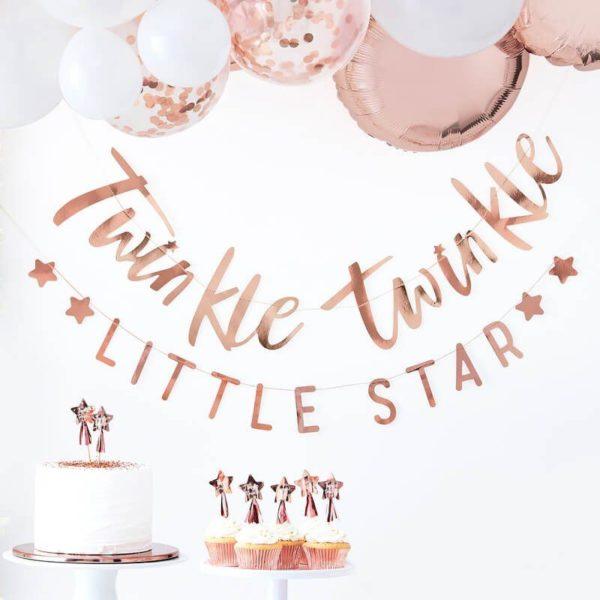 """Ginger Ray Twinkle Twinkle Little Star ruusukultainenkiiltävä banneri Ohuessa nauhassa on ruusukultaisilla kiiltävillä kirjaimilla kirjoitettu teksti """"Twinkle Twinkle Little Star"""" . Tämä tyylikäs banneri luo lapsen synttäreille tai Baby Showereille viimeisteltyä tunnelmaa ja voit yhdistää sen kauniisti ilmapalloihin, pom pom -koristeisiin tai foliopalloihin!"""