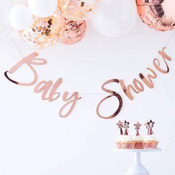 """Ginger Ray Baby Shower ruusukultainenkiiltävä banneri Ohuessa nauhassa on ruusukultaisilla kiiltävillä kirjaimilla kirjoitettu teksti """"Baby Shower"""" . Tämä tyylikäs banneri luo Baby Showereille viimeisteltyä tunnelmaa ja voit yhdistää sen kauniisti ilmapalloihin, pom pom -koristeisiin tai foliopalloihin!"""