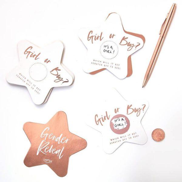 """Ginger Ray Gender Reveal Scratch Cards Twinkle Twinkle, raaputettavat kortit Yllätä läheiset paljastamalla tulevan vauvan sukupuoli näillä tyylikkäillä korteilla! Kirjoita korttiin poika / tyttö, liimaa raaputustarra tekstin päälle ja yllätys on valmis! Nämä """"paljastuskortit"""" toimivat myös hauskana ohjelmanumerona Baby Shower -juhlissa!"""